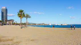 Lasso di tempo di camminata 4k della spiaggia della luce del sole della Spagna Barcellona video d archivio