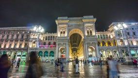 Lasso di tempo di camminata quadrato di panorama 4k della parte anteriore di Emanuele di vittorio di galleria di notte Milano Ita