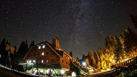 Lasso di tempo di cielo notturno girante con la Via Lattea video d archivio