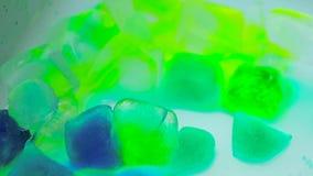 Lasso di tempo di fusione del ghiaccio Fusione colorata dei cubetti di ghiaccio video d archivio