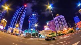 Lasso di tempo di paesaggio urbano di notte del casinò di Macao stock footage