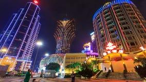 Lasso di tempo di paesaggio urbano di notte del casinò di Macao (inclinazione su) stock footage