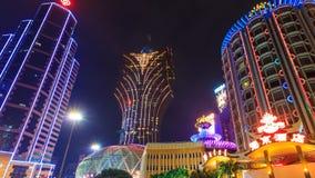 Lasso di tempo di paesaggio urbano di notte del casinò di Macao (zoom fuori) video d archivio
