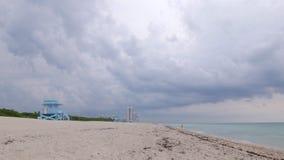 Lasso di tempo di panorama 4k del cielo della tempesta di Miami Beach di giorno di estate Florida S.U.A. video d archivio