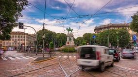 Lasso di tempo di panorama 4k del quadrato di cairoli di largo di traffico di giorno di estate della città di Milano Italia