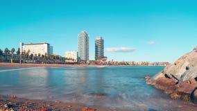 Lasso di tempo di panorama 4k della baia della spiaggia della luce del sole di Barcellona spagna stock footage