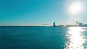 Lasso di tempo di panorama 4k di Barcellona della luce del sole del mar Mediterraneo spagna stock footage