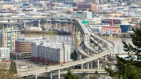 Lasso di tempo di traffico dell'autostrada senza pedaggio del primo piano sul ponte di Marquam in città del centro di Portland Or archivi video
