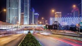 Lasso di tempo di traffico occupato a WUHAN alla notte archivi video