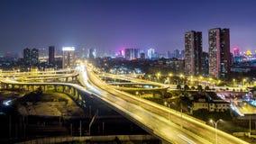 Lasso di tempo di traffico occupato a WUHAN alla notte video d archivio