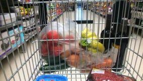 Lasso di tempo di un carrello del supermercato durante l'acquisto veloce stock footage
