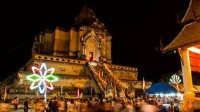 Lasso di tempo di vecchia pagoda con illuminazione di filatura variopinta stock footage