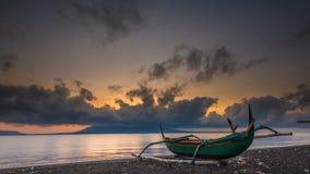 Lasso di tempo drammatico di alba alla spiaggia con l'isola di Bali visibile da Banyuwangi, Indonesia video d archivio