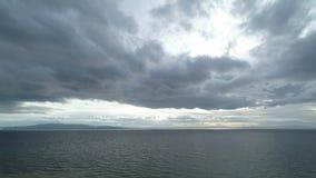 Lasso di tempo drammatico di orizzonte di mare e del cielo video d archivio