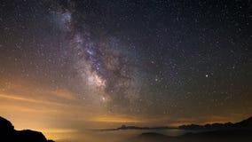 Lasso di tempo e stelle della Via Lattea che girano sopra le alpi francesi italiane maestose nell'estate video d archivio