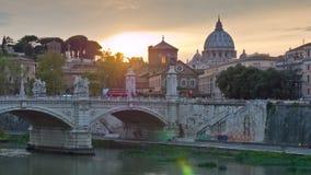 Lasso di tempo famoso di panorama 4k del ponte del emanuelle di vittorio di Roma del fiume di Vaticano il Tevere di tramonto Ital stock footage