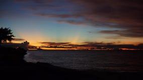 Lasso di tempo fissato Sun del cielo & del mare, incandescenza nello scuro stock footage