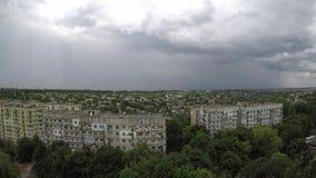 Lasso di tempo grigio scuro rapido delle nuvole di pioggia stock footage