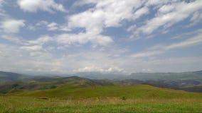 Lasso di tempo il movimento delle nuvole e delle mucche che pascono sulle montagne archivi video