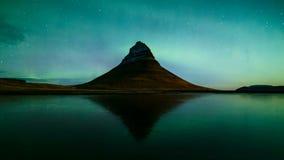 lasso di tempo 4K di Aurora Borealis sopra la montagna di Kirkjufell, Islanda stock footage