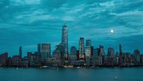 lasso di tempo 4K dell'orizzonte di Manhattan durante il tramonto e le sorgere della luna complete archivi video