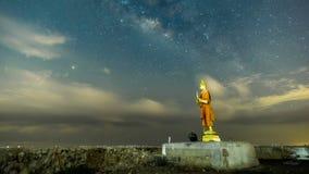 Lasso di tempo 4k: La Via Lattea sopra il Buddha, immagine di Samut Sakhon, Tailandia Movimento delle nuvole e delle stelle video d archivio