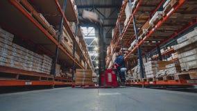 Lasso di tempo 4K di un gruppo occupato di lavoratori in un magazzino o in una fabbrica stock footage