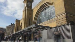 Lasso di tempo La costruzione della stazione con una torre di orologio archivi video