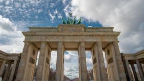 Lasso di tempo La porta di Brandeburgo o il tor di Brandenburger a Berlino, Germania è un punto di riferimento nazionale e un tur stock footage