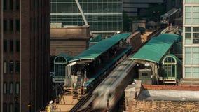 Lasso di tempo di molta gente ad una stazione ferroviaria nella città, con i treni arrivanti e di partenze archivi video