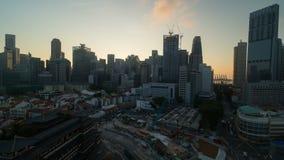 Lasso di tempo di paesaggio urbano di Singapore Chinatown con i cantieri e del primo mattino automatico di traffico ad alba 4k stock footage