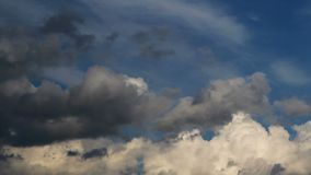 Lasso di tempo piacevole della nuvola, cumulo su cielo blu stock footage