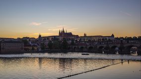 Lasso di tempo di Praga con la vista del fiume della Moldava a giorno di Praga, repubblica Ceca all'intervallo di notte stock footage