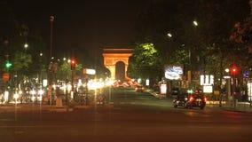 Lasso di tempo di sera di Arc de Triomphe con le automobili veloci, Parigi, Francia stock footage