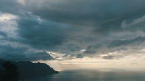 Lasso di tempo sparato del tramonto drammatico sopra la spiaggia di Benijo in Tenerife - isole Canarie video d archivio