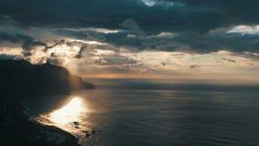 Lasso di tempo sparato del tramonto drammatico Spiaggia di Benijo in Tenerife - isole Canarie stock footage
