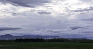 Lasso di tempo sparato delle nuvole di tempesta scure rapide durante il tramonto vicino a Zagabria archivi video