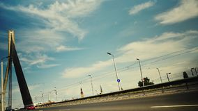 Lasso di tempo sul ponte strallato nel centro di Riga video d archivio