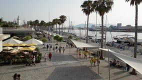 Lasso di tempo sull'ONU di Muelle della passeggiata della città di Malaga stock footage