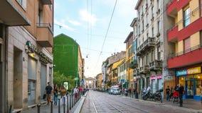 Lasso di tempo ticinese di vista 4k della via di porta della città di Milano di giorno di estate Italia
