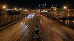 Lasso di tempo Traffico cittadino di notte sulla strada principale Segni limite di velocità archivi video