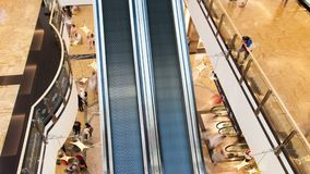 Lasso di tempo di traffico della scala mobile del centro commerciale Pentola su archivi video