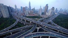 Lasso di tempo, traffico pesante su scambio della strada principale, vista aerea dell'orizzonte di Shanghai archivi video
