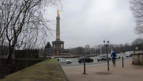 Lasso di tempo: traffico a Victory Column a Berlino, Germania nell'inverno stock footage