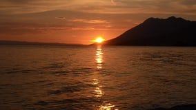 Lasso di tempo Tramonto romantico e stupefacente al mare Sun che supera giù l'orizzonte Bello tramonto sopra il mare Costa croata stock footage