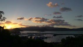 Lasso di tempo di tramonto sopra la città della spiaggia di Airlie, Australia archivi video