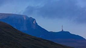 Lasso di tempo trasversale di tramonto della montagna video d archivio