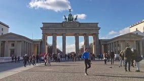 Lasso di tempo: turisti davanti a Brandenburger Tor In Berlin, Germania stock footage