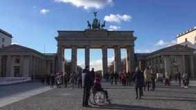Lasso di tempo: turisti davanti a Brandenburger Tor In Berlin, Germania video d archivio