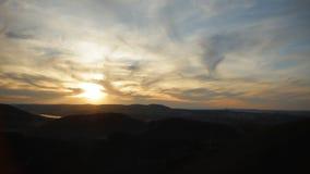 Lasso di tempo di un tramonto stupefacente sopra la zona circostante della città archivi video